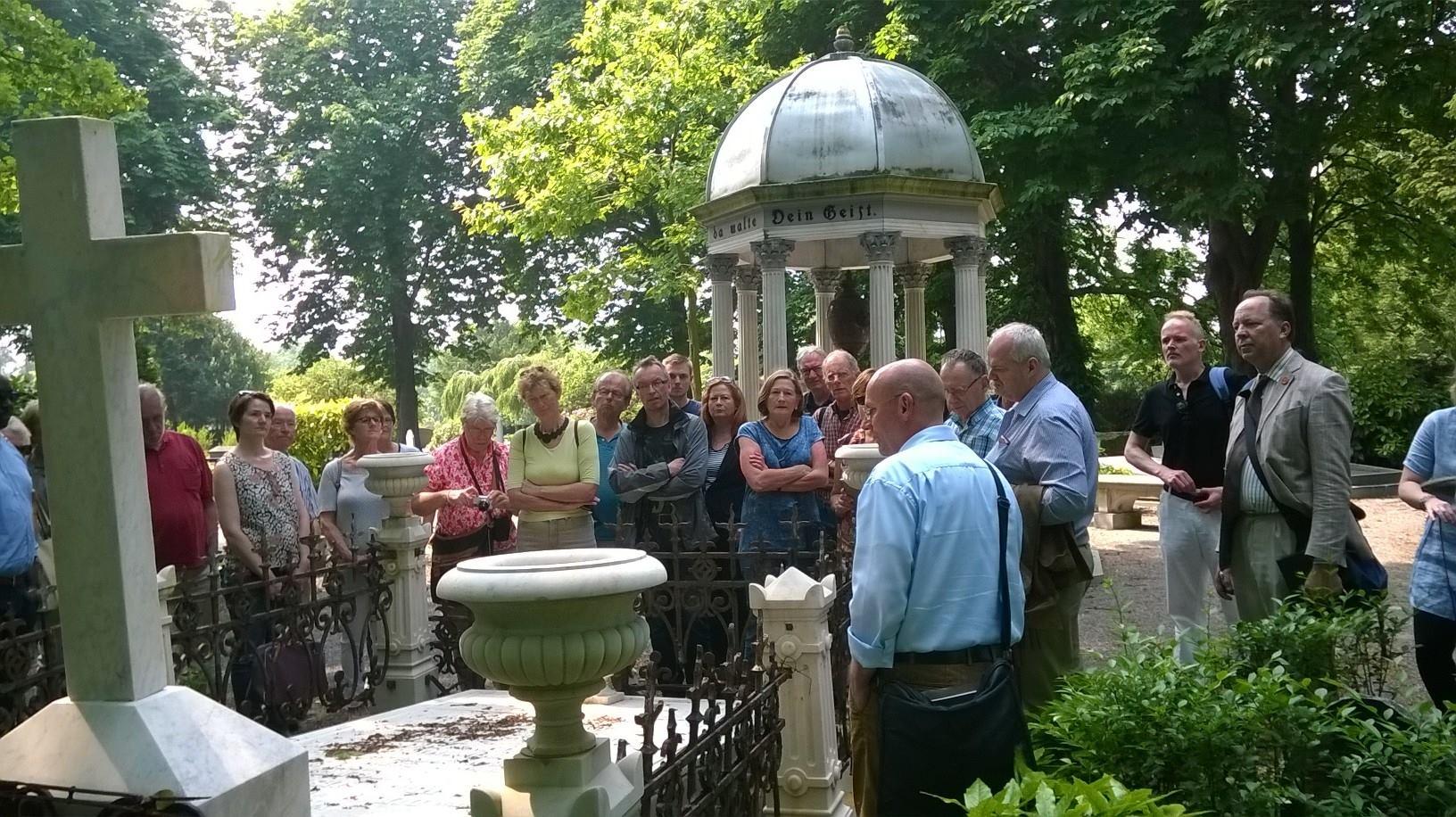 Rondleiding door AiN op Oud Eik en Duinen: bij het graf Van der Duyn van Maasdam.