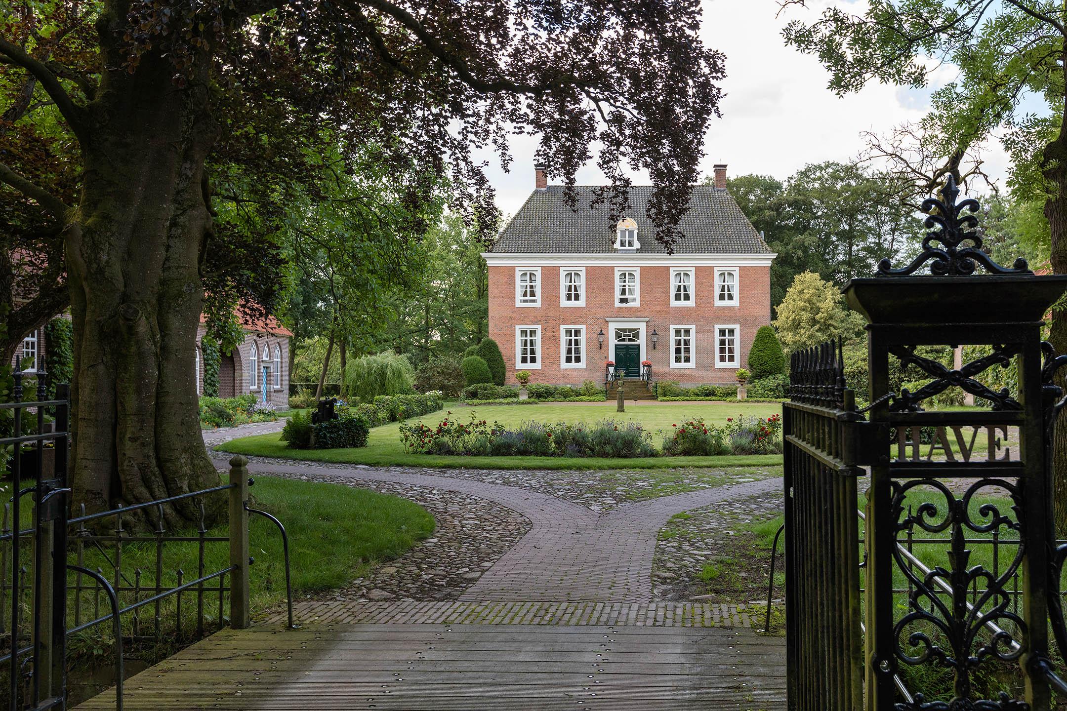Afb. 1. De voorzijde van havezate Herinckhave, foto met dank aan Weusthuis Makelaardij.