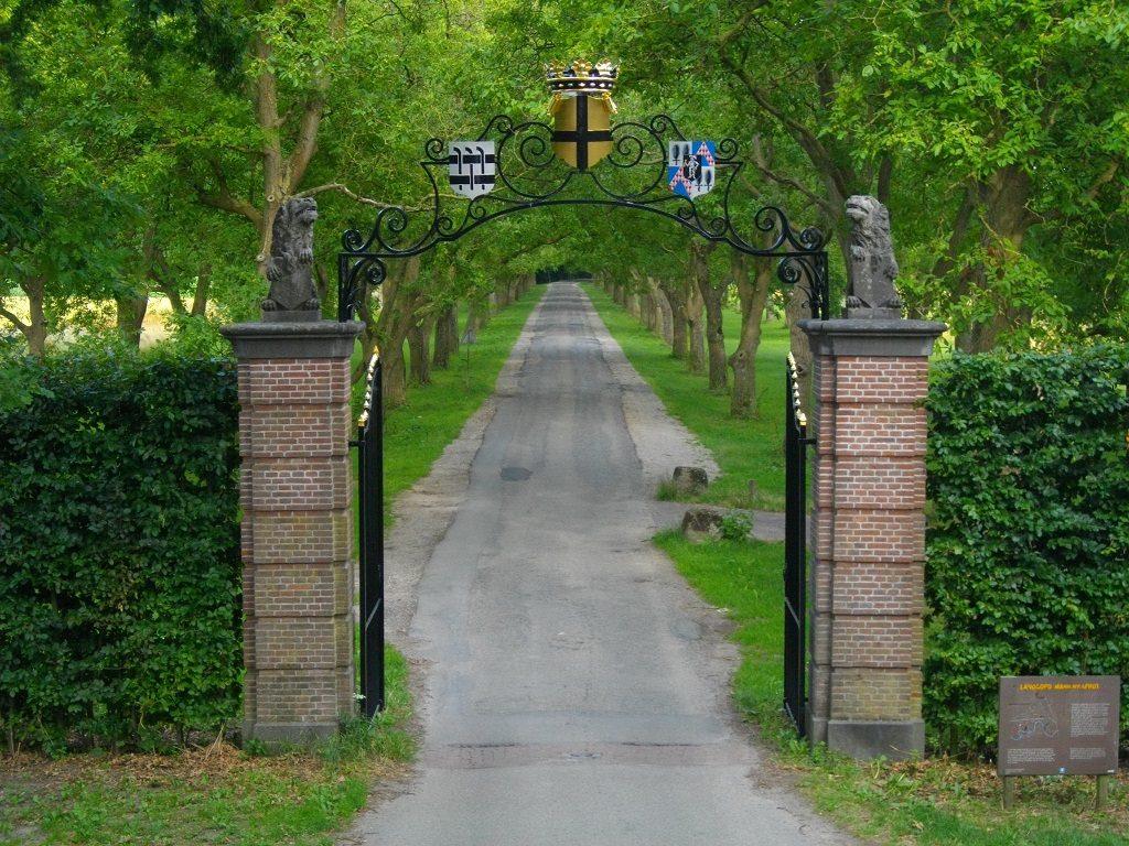 Afb. 2. Het statige inrijhek met v.l.n.r. de wapens van de drie eigenaar-families: Van Balveren, Van Bylandt en Van Verschuer. Foto met dank aan www.marienwaerdt.nl.