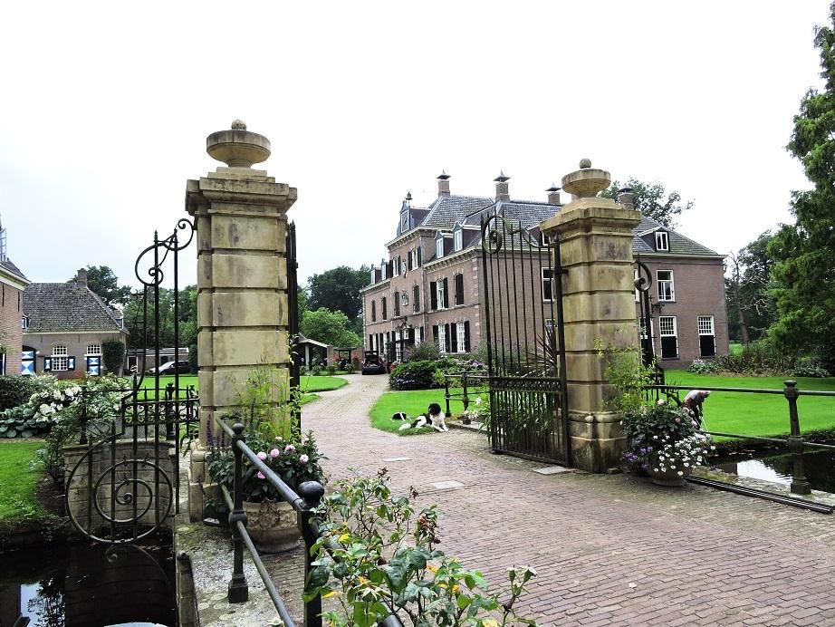Afb. 1. Havezate Schoonheten met de monumentale inrijpoort.
