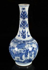 Afb. kavel 8351: de porseleinen vaas met de hoogste opbrengst. Foto met dank aan www.zeeuwsveilinghuis.eu.