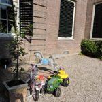 Afb. 7. Kinderspeelgoed op Huys ten Donck: ook de jongste generatie is vertegenwoordigd.