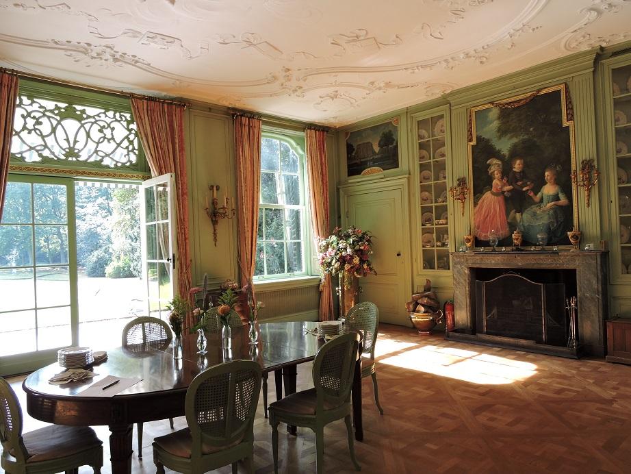 Afb. 3. De eetkamer met boven de schouw het groepsportret van Otto Paulus Groeninx van Zoelen (1767-1848) met zijn zusjes Adriana Maria (1768-1825) en Jacoba Elisabeth (1764-1784).