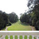Afb. 6. A room with a view: het uitzicht vanaf het balkon van de grote zaal op het landschappelijke park met zichtas.