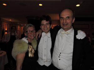 Mevrouw Povel met haar debuterende zoon Yves en familielid prof. Mendes de Leon.