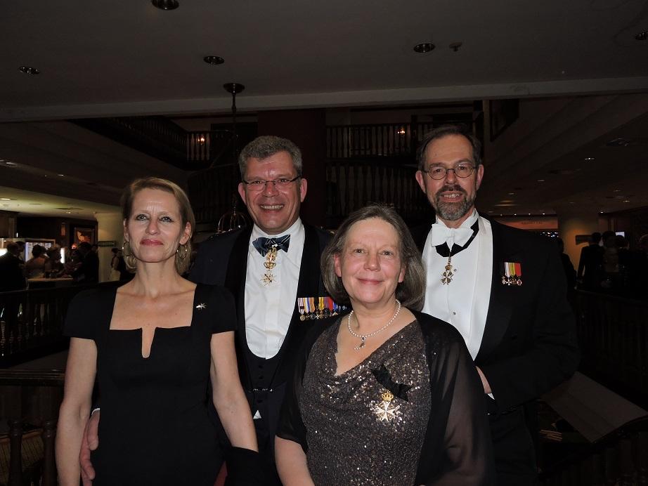 Links: Ingrid en Jan ridder de van der Schueren en rechts jonkheer Tom en Ellen Versélewel de Witt Hamer.