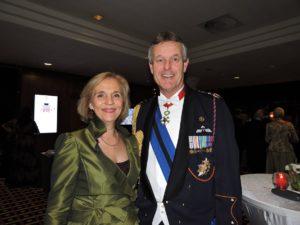 Generaal-majoor Hans van der Louw, Chef van het Militaire Huis van Z.M. Koning Willem-Alexander, en echtgenote Joke van der Louw.
