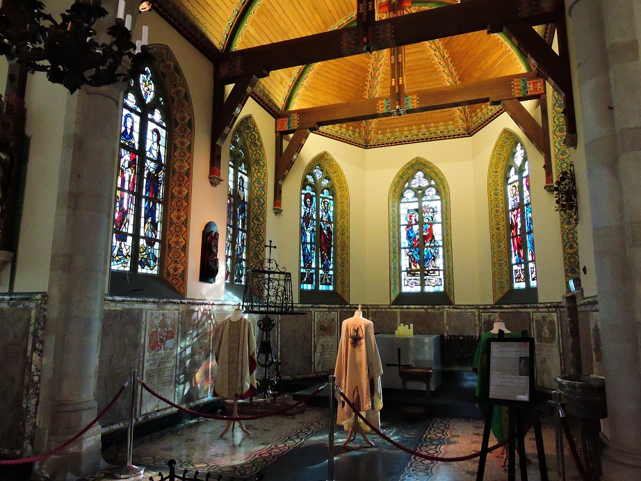 Afb. 2. Het koor van de kapel met fraaie gebrandschilderde ramen.