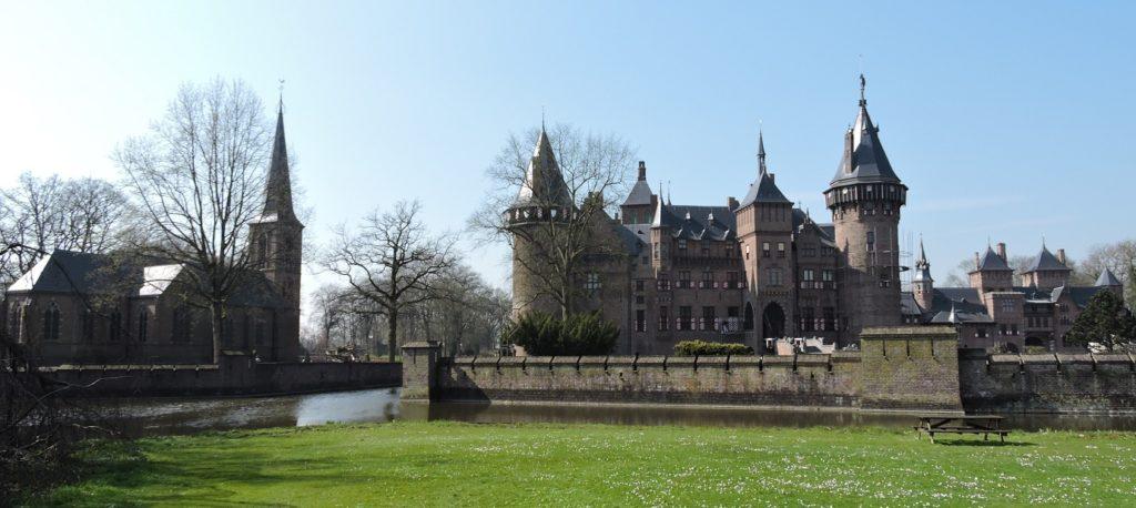 Afb. 1. Kasteel De Haar met links de kapel, waarvan de toren verhoogd werd om beter bij het silhouet van het kasteel te passen.