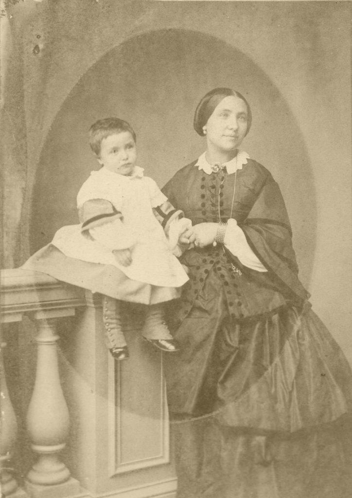 Afb. Frédéric du Suau de la Croix (1837-1901) met zijn moeder Wilhelmine du Suau de la Croix née Amelung. Hij was de kleinzoon van François du Suau de la Croix, die zich in New Orleans vestigde en daar tot aanzien kwam als bankdirecteur en president van een verzekeringsmaatschappij. Foto part. coll.
