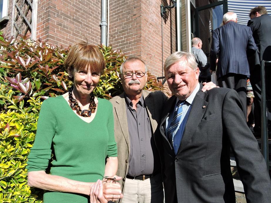 Afb. 1. Oud-ambassadeur mr. Schelto baron van Heemstra en echtgenote Godeke barones van Heemstra née Donner met in hun midden de schrijver Ko van Geemert.
