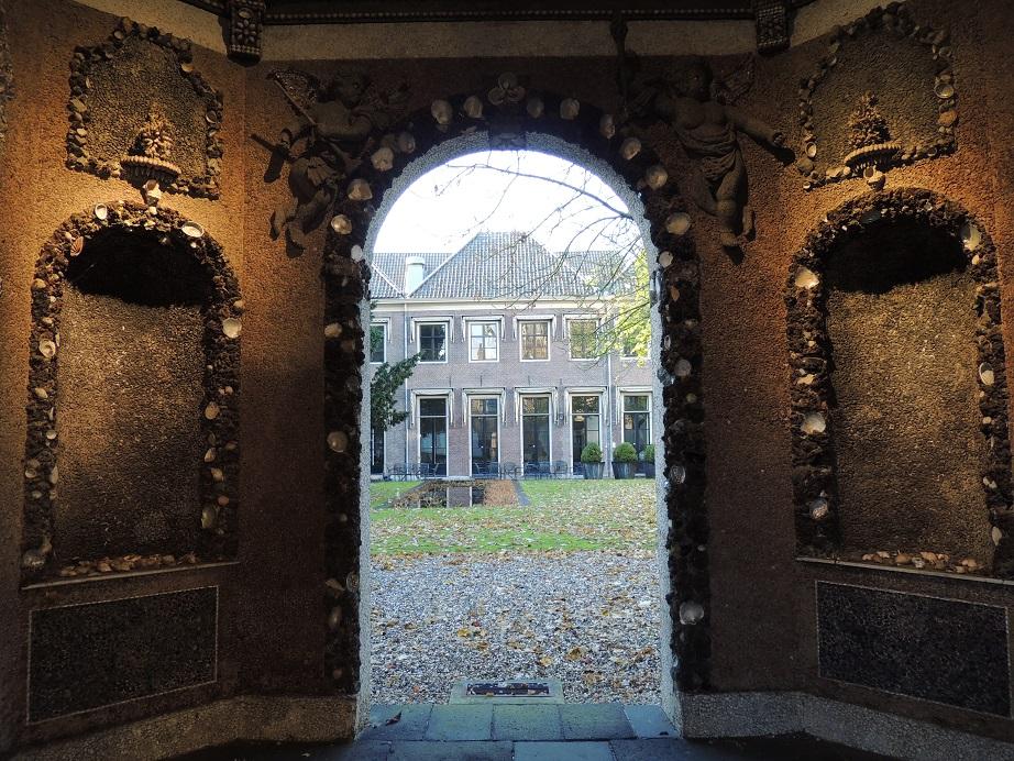 Afb. 5. Zicht op de achtergevel van de Hof van Heeckeren door de schelpenkoepel uit 1697.