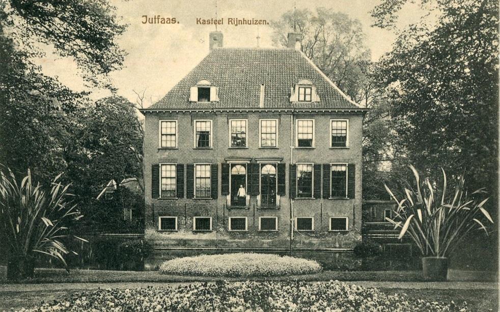Afb. De achterzijde van kasteel Rijnhuizen met zicht op de fraaie tuinaanleg. Ansichtkaart part. coll.