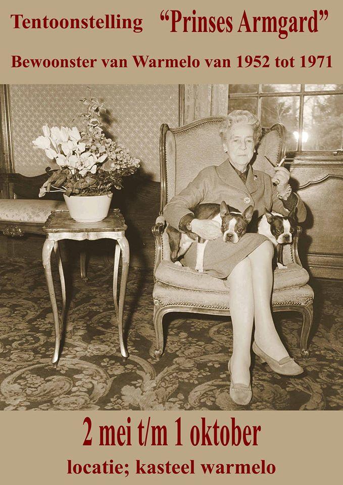 Afb. 1. Prinses Armgard met haar hondjes en karakteristieke sigarettenpijpje.
