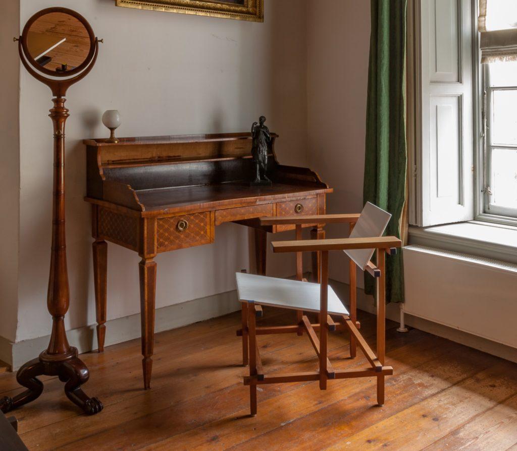 Afb. 2. Een verassende combinatie van een 18e eeuws bureautje met een stoel van Rietveld.