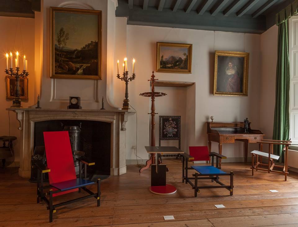 Afb. 1. Rietveldstoelen in het historische interieur van Slot Zuylen. Foto met dank aan Slot Zuylen.