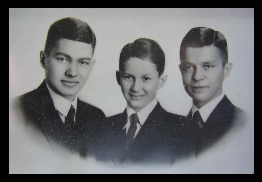 Afb. Op de foto v.l.n.r. de drie broers Van Tuyll: Hendrik Nicolaas Cornelis (1916-2017), Carel Frederik Hendrik (1924-2014) en Jan Maximiliaan (1918-2007). Foto part. coll.