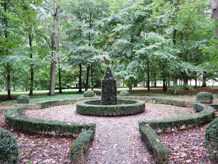Afb. Een verstilde plek in het kasteelpark van Amerongen met het paardengraf van Uranus.