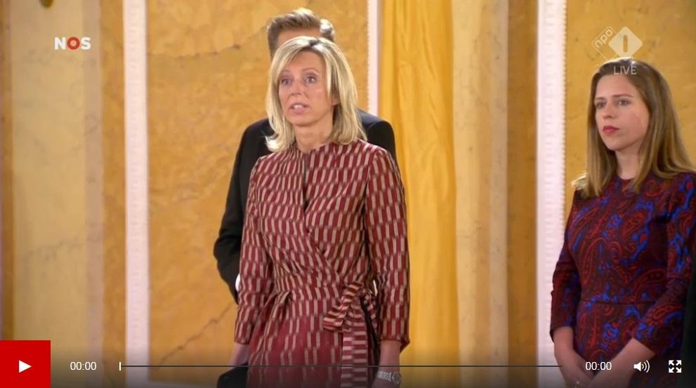 Afb. 1. De beëdiging van jonkvrouwe Kajsa Ollongren in de Balzaal van Paleis Noordeinde. Screenshot met dank aan de NOS.