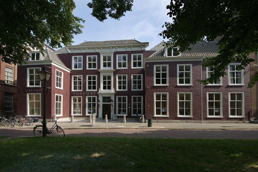 Afb. 1. Lange Voorhout 14, sinds 1896 onderkomen van Pulchri Studio en in de jaren 1847-1880 woonhuis van graaf Van Rechteren en zijn gezin. Foto met dank aan www.pulchri.nl.
