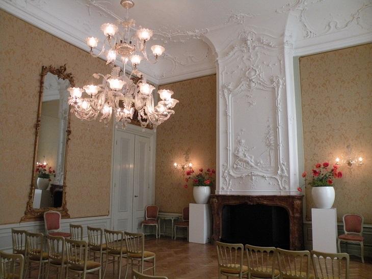 Afb. 3. De balzaal in Lange Voorhout 14 met rijk stucwerk.