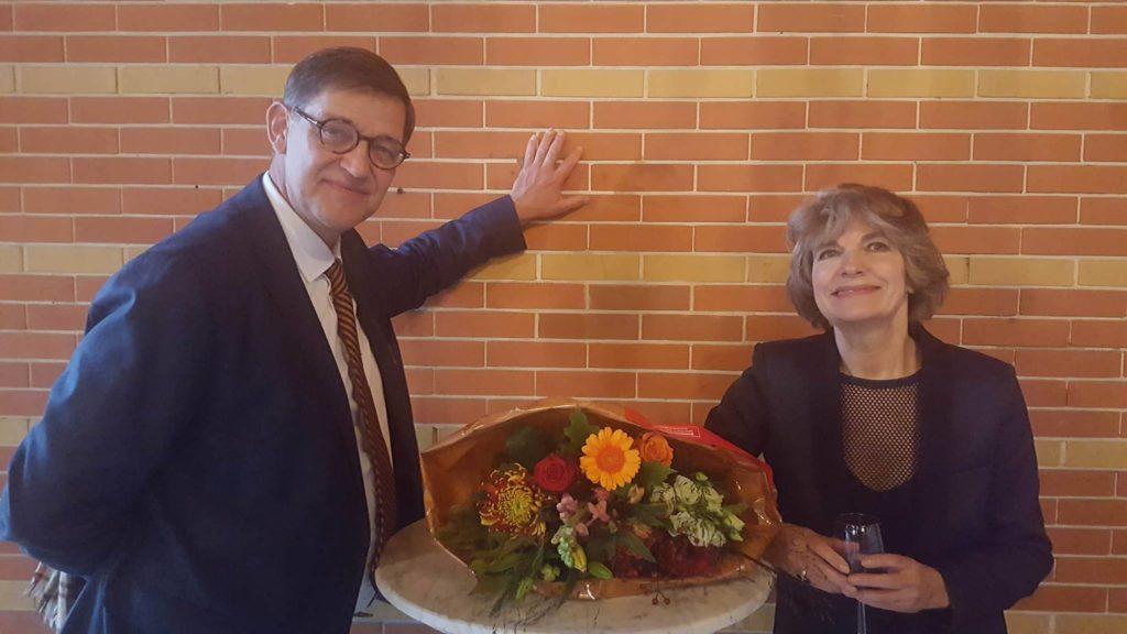 Afb. Drs. René Dessing, directeur sKBL, en de winnares van de Ithaka prijs 2017 drs. Anne Mieke Backer.