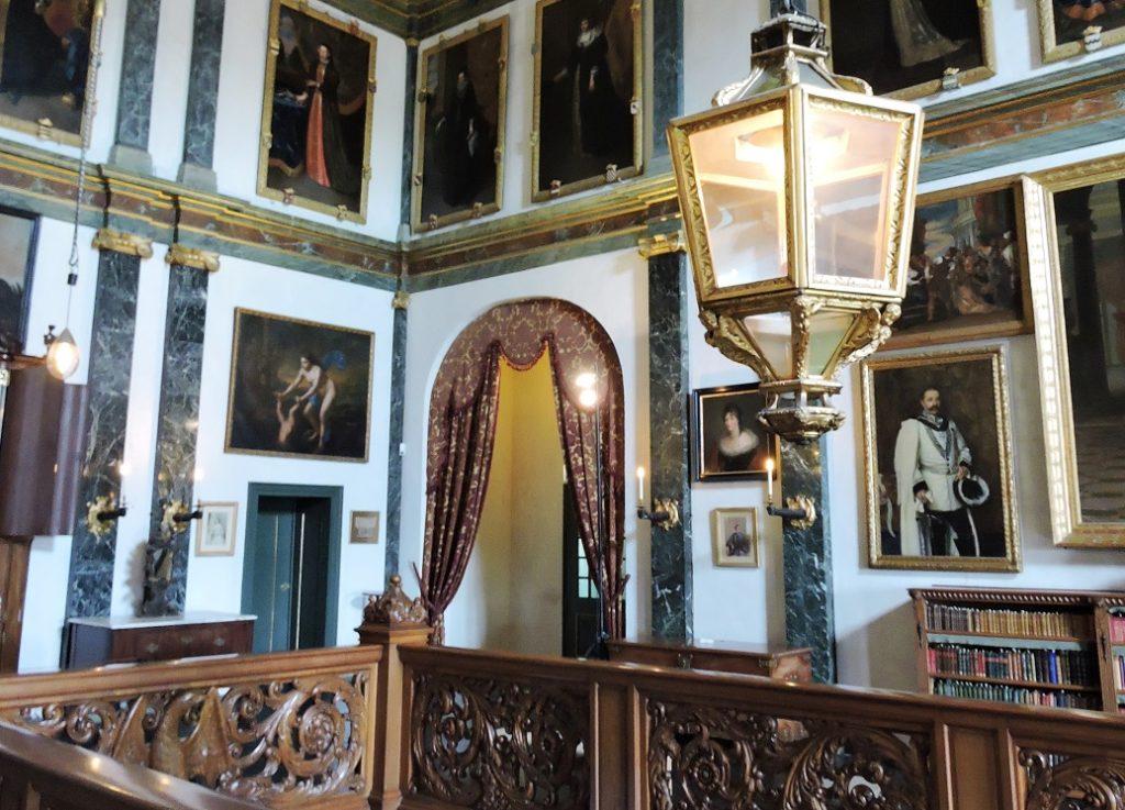 Afb. De Bovengalerij op kasteel Amerongen met rechts naast de lantaarn het portret van Godard graaf van Aldenburg Bentinck in het kostuum van de Ridderlijke Duitsche Orde.
