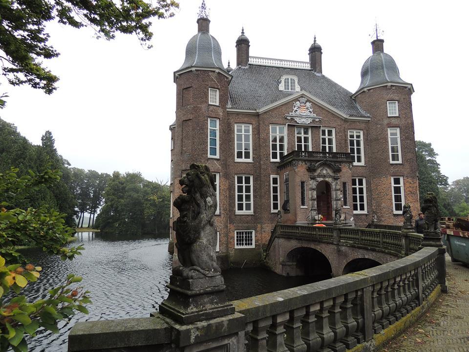 Afb. Kasteel Biljoen met zijn kenmerkende ronde hoektorens en met boven de ingang het familiewapen van de baronnen Van Hardenbroek.