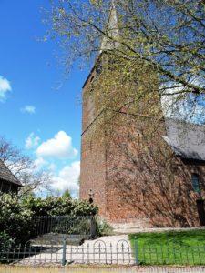 Afb. 1. De dorpskerk van Horssen met aan de voet van de toren de drie enige overgebleven zerken op het kerkhof.