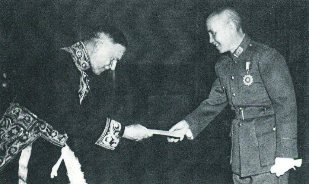 Afb. 2. Ambassadeur Van Aerssen biedt zijn geloofsbrieven aan Tsjang Kai-sjek aan in 1947, foto afgebeeld in het boek.