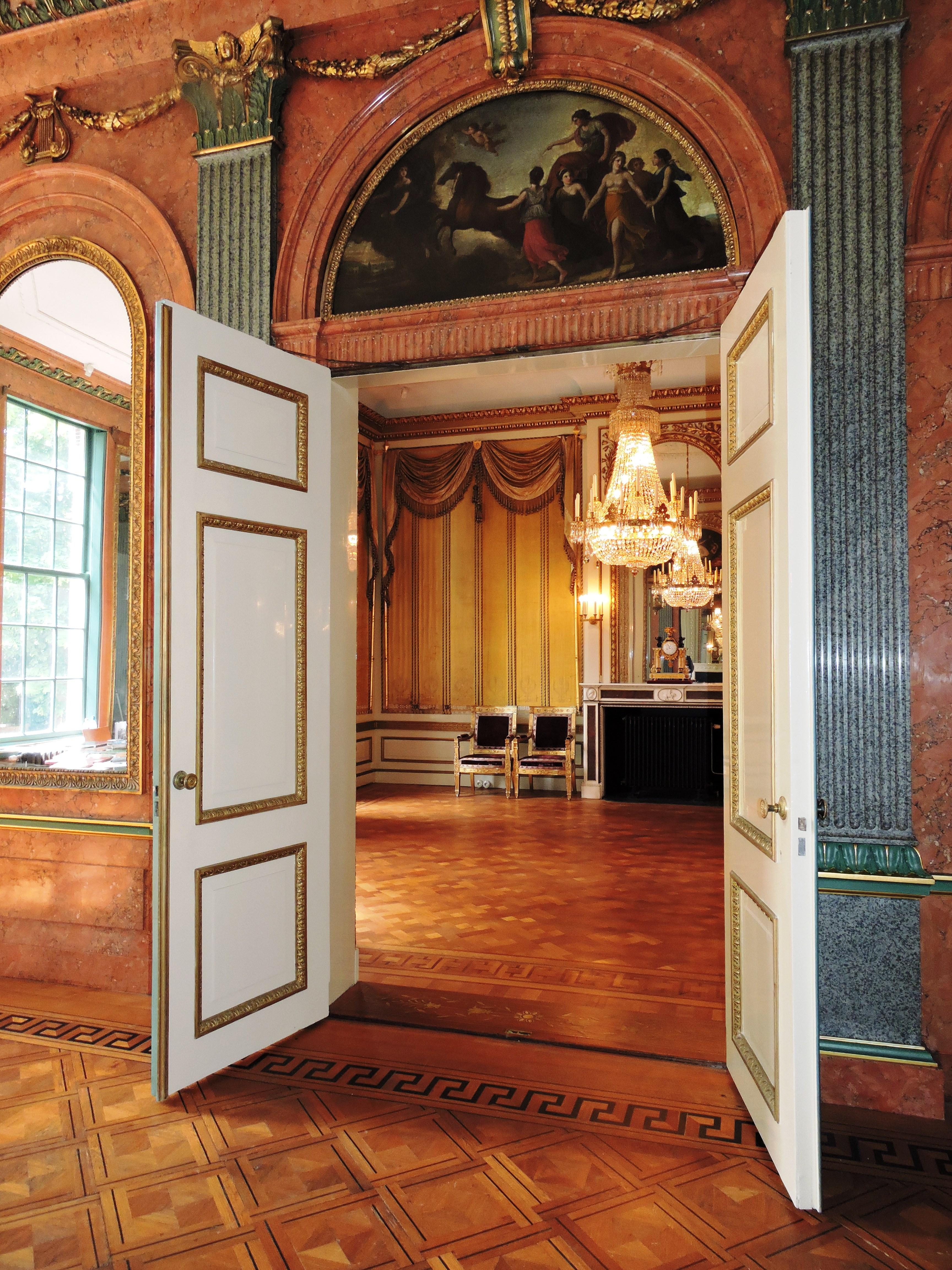 Afb. Doorkijkje vanuit de Erkerzaal met imitatiemarmer van gepolijst stucwerk naar de Gouden Zaal.