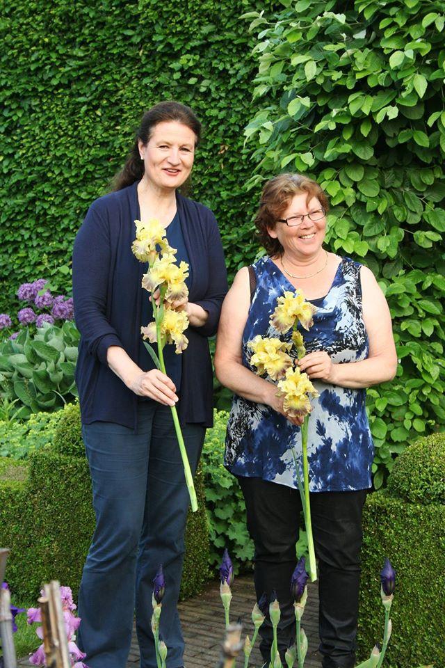 Afb. 3. Constance van Weede (links) met Marianne Joosten, foto met hartelijke dank aan Richard Joosten van Kwekerij Joosten.