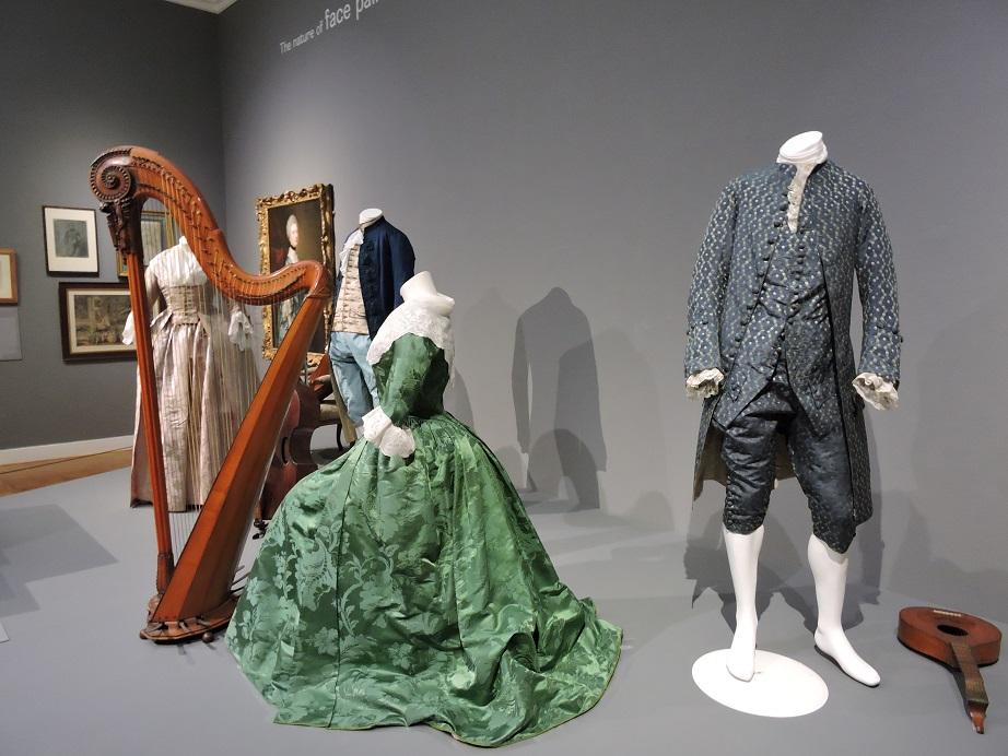 Afb. 3. De schilderijen worden in hun tijd geplaatst door onder meer kleding en voorwerpen.