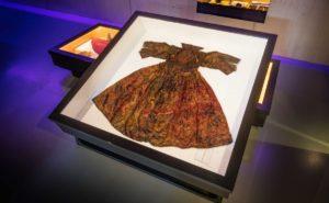 Afb. 1. De gevonden jurk uit de Waddenzee, foto met dank aan www.historiek.net.