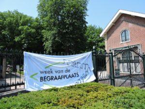 Afb. 1. De vlag met het logo van de Week van de Begraafplaats - in de afgelopen week bij vele gastvrije begraafplaatsen te zien geweest.