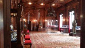 Afb. 2. De Indische Zaal met in de vitrines geschenken van Indische Vorsten.