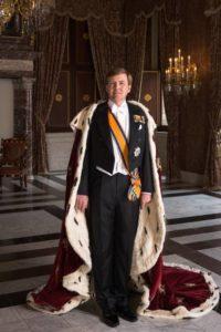 Afb. Z.M. de Koning in 2013 bij de Inhuldiging. Eén van de versierselen die hij op deze dag droeg, was die van rechtsridder van de Johanniter Orde, foto door Koos Breukel met dank aan de RVD op www.koninklijkhuis.nl.