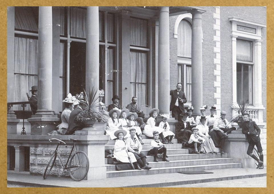 Afb. De families Steengracht, Schimmelpenninck en Van der Wyck op het bordes van Beerschoten, foto collectie Stichting Adel in Nederland.