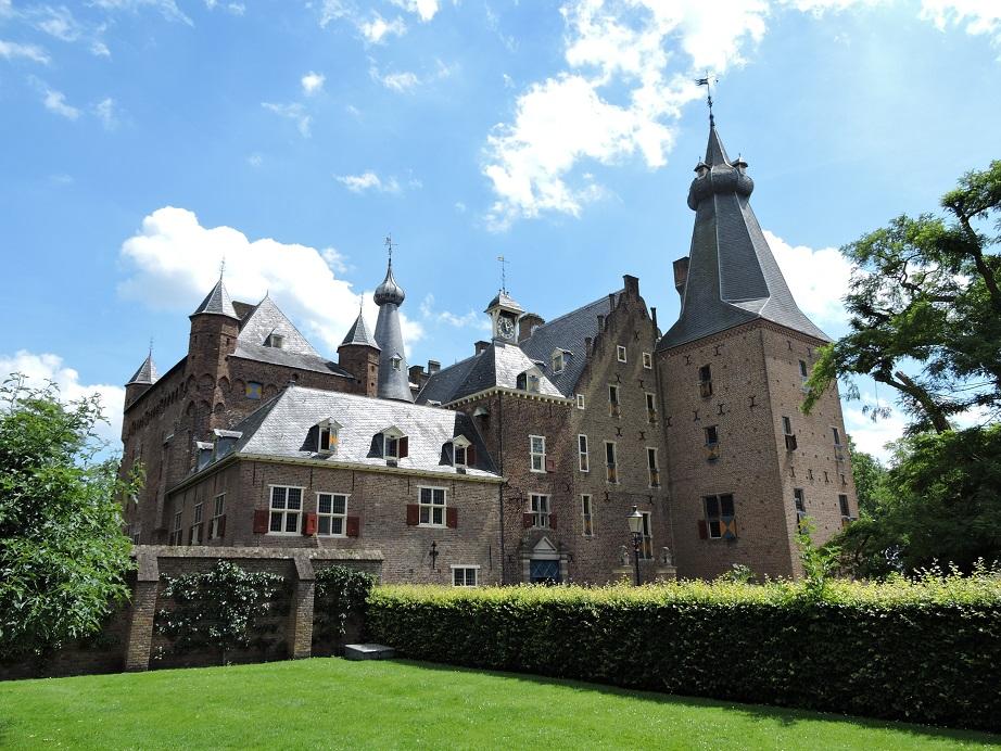 Afb. Kasteel Doorwerth in al zijn glorie met torens, tinnen en transen.