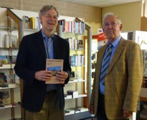 Afb. Sammy baron van Tuyll van Serooskerken (links) neemt het eerste exemplaar in ontvangst van de auteur Andre Josiassen. Foto met dank aan www.in-geldrop.nl.