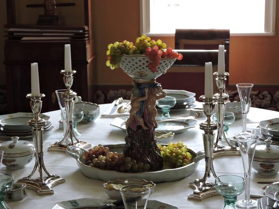 Afb. 2. Glans op tafel in de eetzaal van de Menkemaborg.