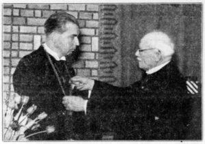 Afb. 3. De installatie van Sandberg van Boelens als burgemeester: loco-burgemeester Warnaar 'hangt jhr. Sandberg den ambtsketen om'. Oprechte Haarlemsche Courant 17 februari 1941.