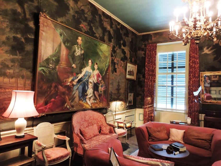 Afb. 1. De zitkamer in het appartement van Elizabeth von Ilsemann née gravin van Aldenburg Bentinck met het grote familieportret door Adolf Pirsch van haar, haar echtgenoot en twee oudste kinderen.