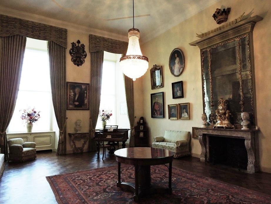 Afb. 2. De grote zaal met voorouderportretten van de Van den Bogaerdes van Terbrugge.
