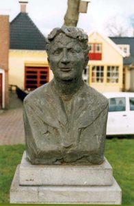 Afb. 1. Het borsbeeld van freule Clara in Wommels, foto met dank aan http://publieke-kunst.keunstwurk.nl/node/1783.