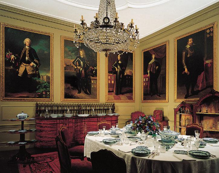 Afb. De eetzaal op Slot Zuylen met negen opeenvolgende generaties Van Tuyll van Serooskerken aan de muur.