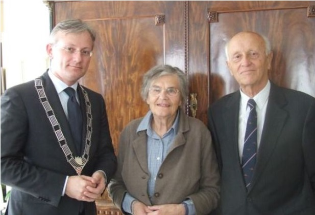 Afb. 4. Burgemeester A.J. Gerritsen van De Bilt feliciteert baron en barones Baud in 2009 met hun diamanten huwelijk, foto met dank aan www.regiotvdebilt.nl.