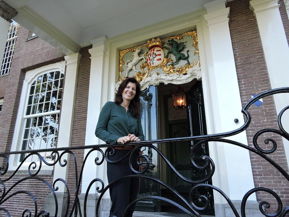 Afb. 1. Jonkvrouwe Catharina Groeninx van Zoelen met boven haar het alliantiewapen van het echtpaar Groeninx van Zoelen-Noorthey, die het huidige Huys ten Donck bouwde.