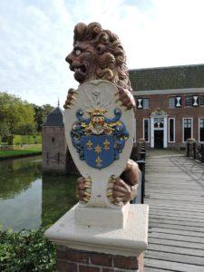 Afb. 1. Een vervaarlijk kijkende leeuw op de brug van de Menkemaborg met het familiewapen Alberda van Menkema.