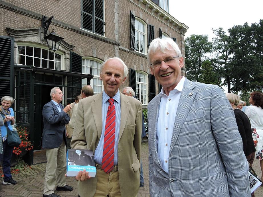 Afb. 2. Links mr. Marnix baron van Aerssen Beijeren van Voshol met de door hem geschreven biografie over zijn vader en rechts drs. drs. Ben Olde Meierink, hoofd sector onderzoek van de Nederlandse Kastelen Stichting.